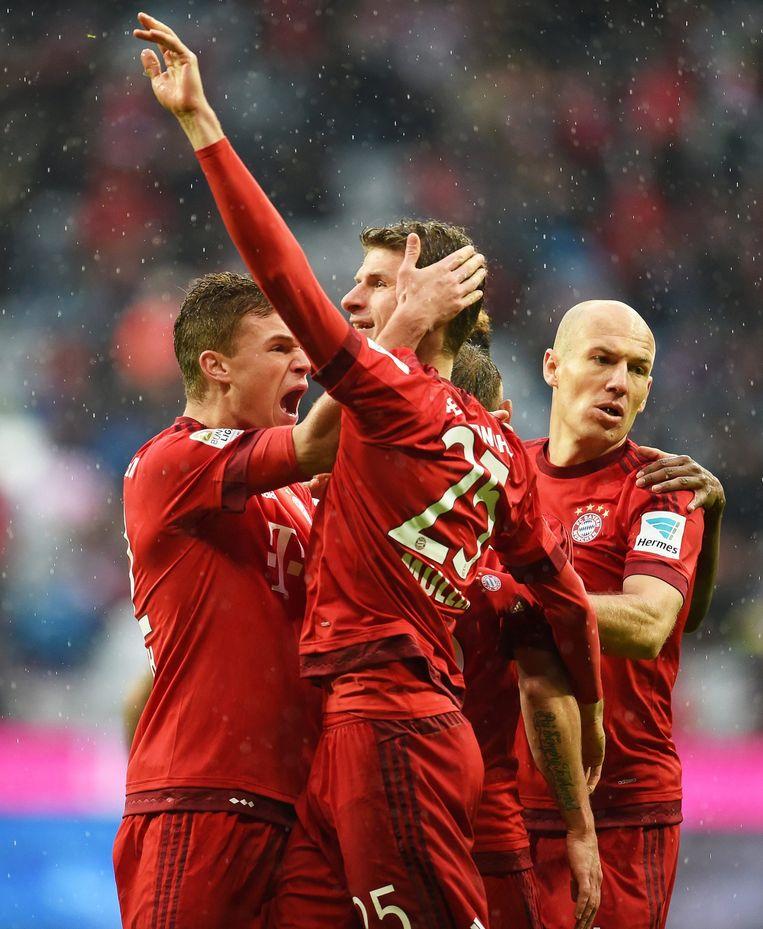 Thomas Müller wordt gefeliciteerd door ploeggenoten Joshua Kimmich en Arjen Robben. Beeld EPA
