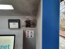 Vandalen helpen NS-kaartjesautomaat Vroomshoop naar de gallemiezen