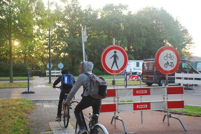 Veel scholieren fietsen toch langs de borden of midden over de rijbaan.