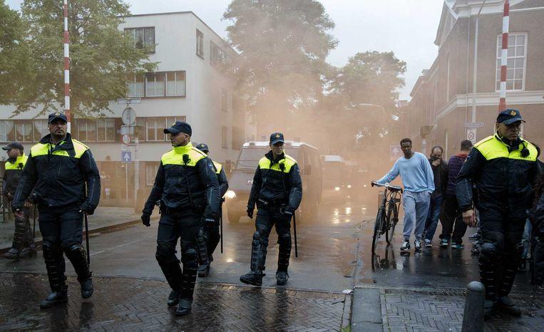 Politie tijdens een anti-IS-demonstratie in de Haagse Schilderswijk. Beeld anp