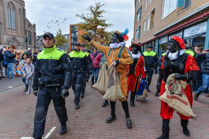 De politie drijft Pegida-voorman Edwin Wagensveld en zijn mede Pegida aanhangers bij elkaar op de Hoofdstraat in Apeldoorn en begeleid ze naar de Kalverstraat waar uiteindelijk iedereen aangehouden wordt