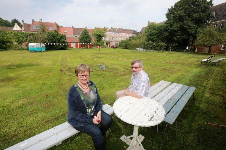 Ingrid Leye en Johan Debeyser van de Brugge Foundation in de tuin van de Godelieveabdij in de Boeveriestraat. De tuin wordt een 'open tuin'.