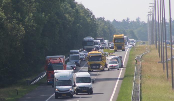 Een gekantelde caravan blokkeert de A50 bij Apeldoorn.