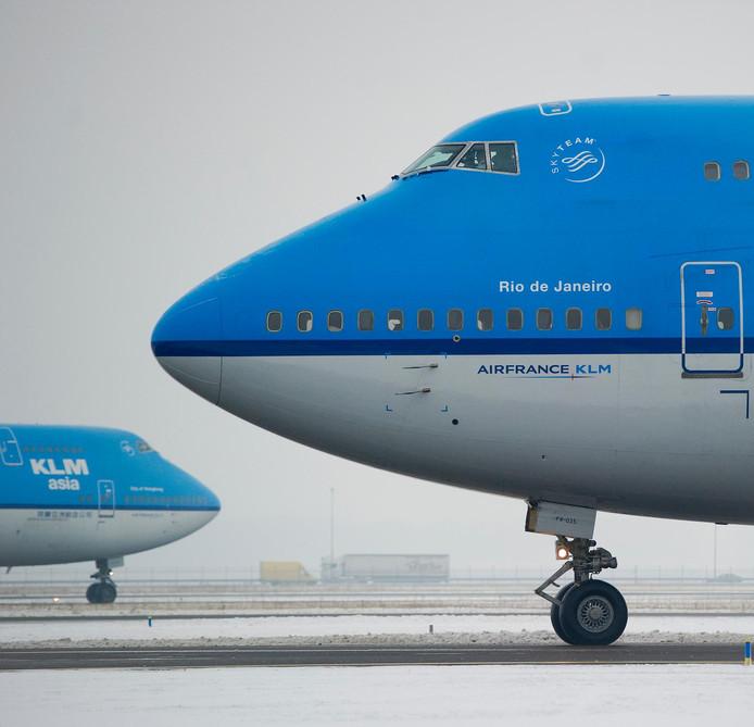 Toestellen van KLM in de sneeuw op luchthaven Schiphol. Opnieuw zorgde de sneeuw voor problemen in het luchtverkeer.