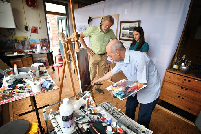 Kunstenaar Sulaiman Ali samen met de Hengelose kunstenaar Henk Lasche en Ali's dochter Hala.