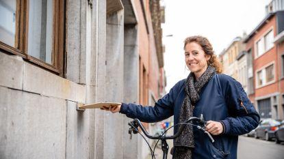 """#SAMENTEGENCORONA Juf Tessa brengt huiswerk rond: """"Met mijn fiets van brievenbus naar brievenbus"""""""