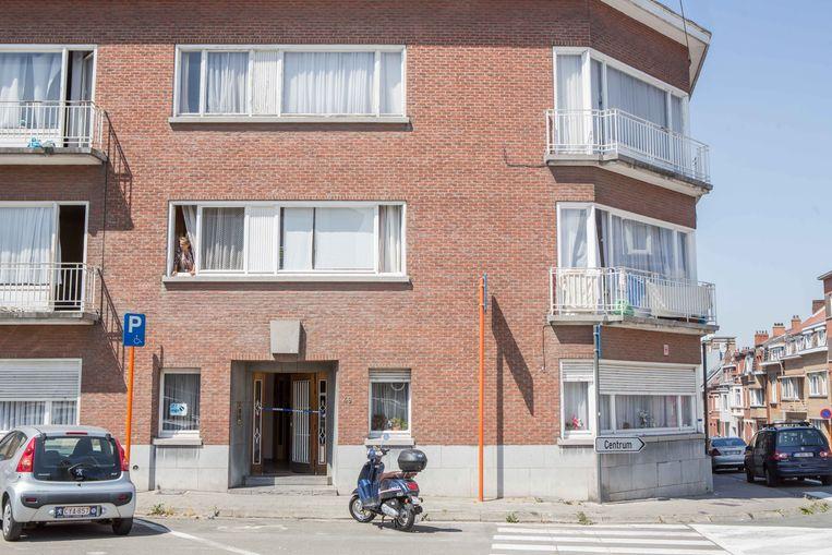 De toegang tot het appartementsgebouw werd tijdens het onderzoek afgesloten met politielint