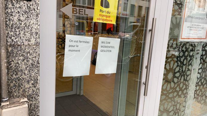 De klanten stonden vanmorgen voor een gesloten deur bij de Chaabi-bank.