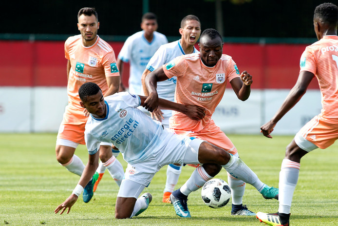 PSV'er Cody Gakpo in duel met Anderlecht-speler Edo Kayembe.