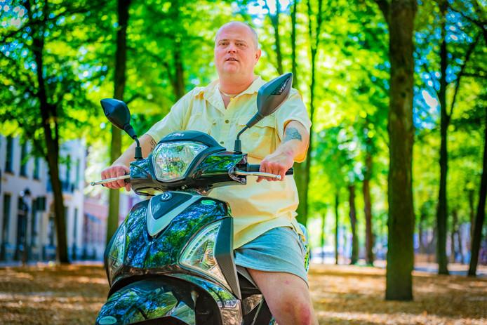 Op zijn scooter - die hij kan gebruiken dankzij een reservesleutel - rijdt Duncan Koster van hot naar her om zaken te regelen. Van een nieuw huis, tot een rijbewijs en een pinpas.