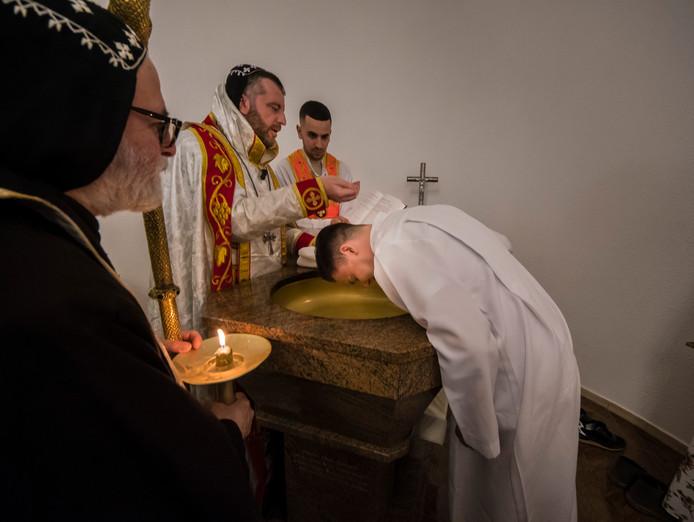 Doopplechtigheid in klooster St Ephrem van drie jongeren door de bisschop  samen met partners op de foto