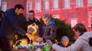 Kinderen rapen lichtgevende paaseieren in kasteeltuin