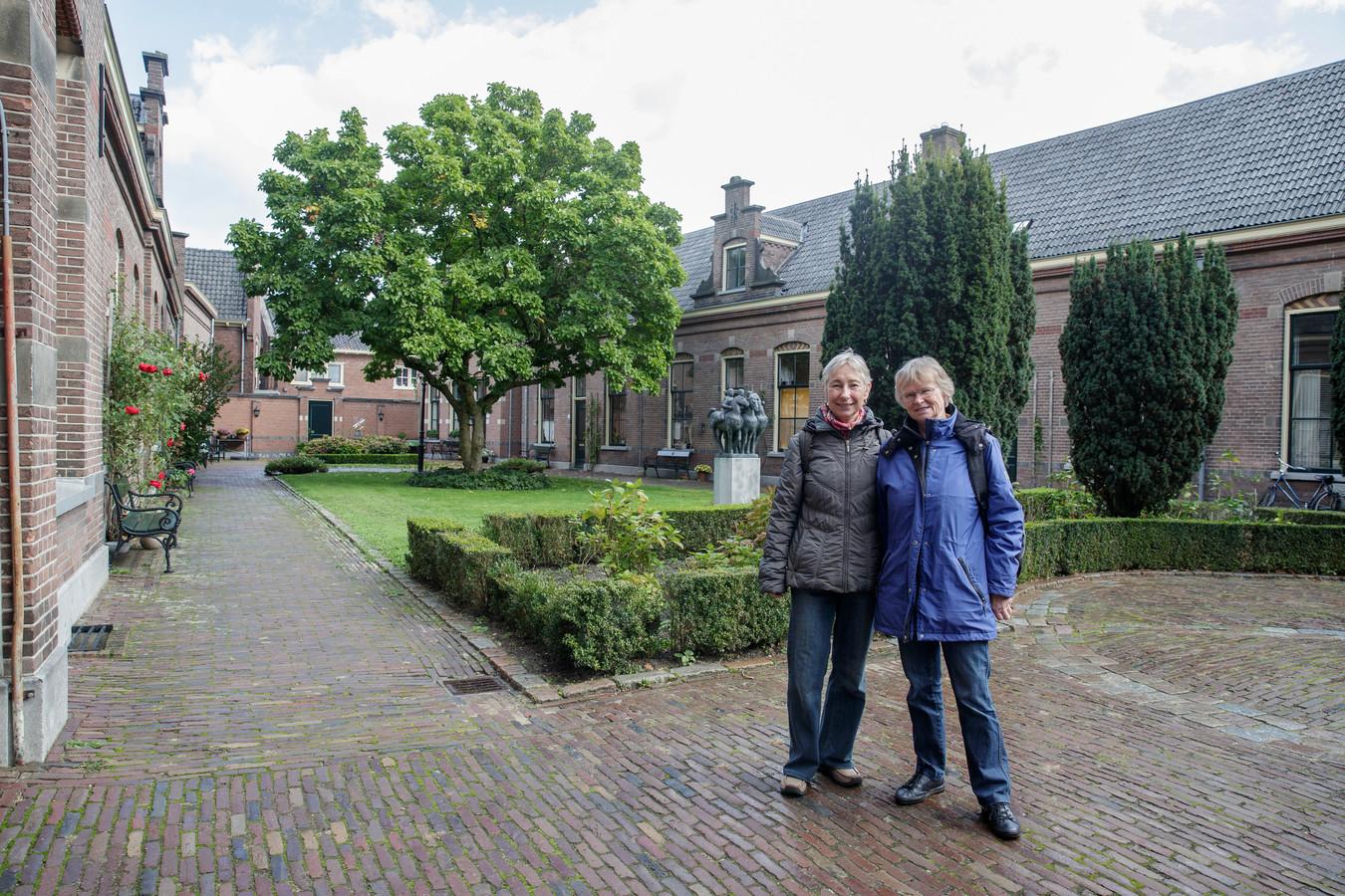 Anita Maas (links) en Petra Vervoort willen een ouderenhofje creëren, midden in Zutphen. Met niet meer dan twintig koopwoningen om een binnentuin, met een aantal gemeenschappelijke voorzieningen zoals een ontmoetingsruimte en een logeerkamer. Locaties hebben ze al op het oog, nu nog meerdere ouderen.