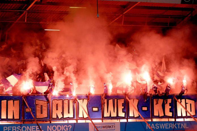 De vuurwerkactie van supporters van De Graafschap, voorafgaand aan de wedstrijd bij NEC.