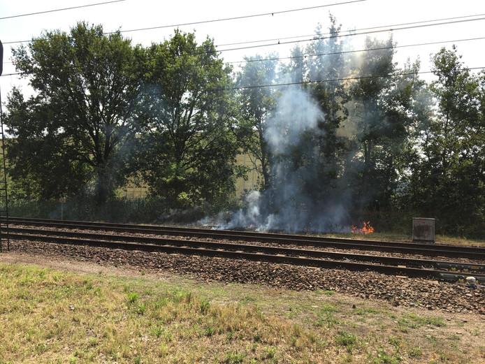 Bermbrandjes naast het spoor bij Rijen.