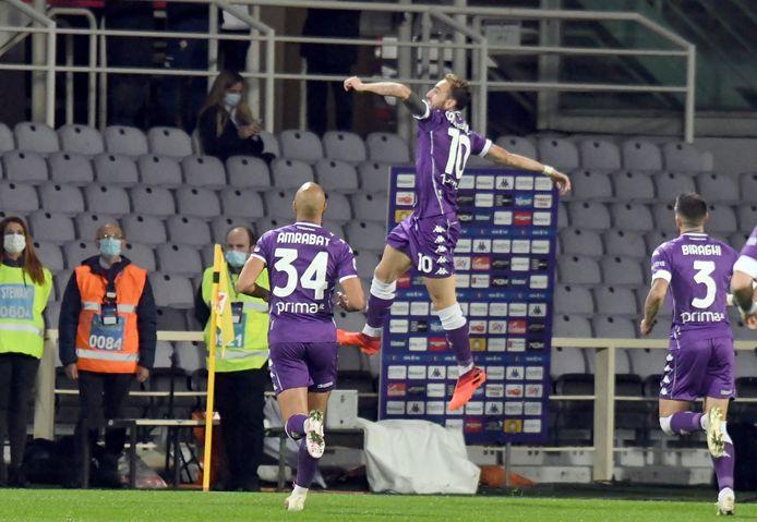 Fiorentina-middenvelder Gaetano Castrovilli (midden) juicht na zijn treffer tegen Udinese.