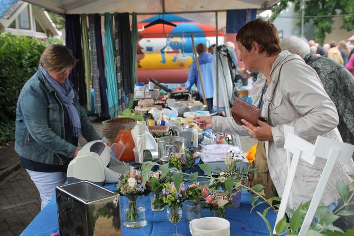 Op de rommelmarkt van de Kruiskerk in Heerde zijn dit jaar veel zelfgemaakte producten te koop voor stichting ZOA.