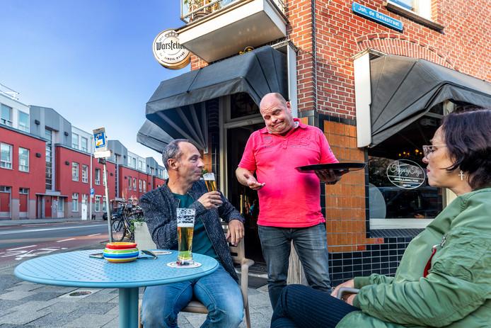 Eigenaar Thijs Bos (46) van tapperij Thijs vertelt zijn klanten dat er een ondergrondse vuilcontainer is gepland onder zijn terras.