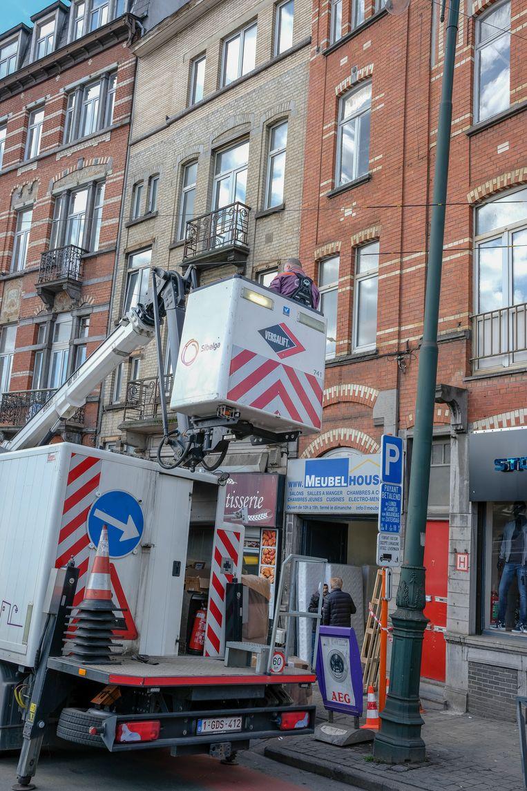 Vrachtwagen rijdt tegen verlichtingspaal.