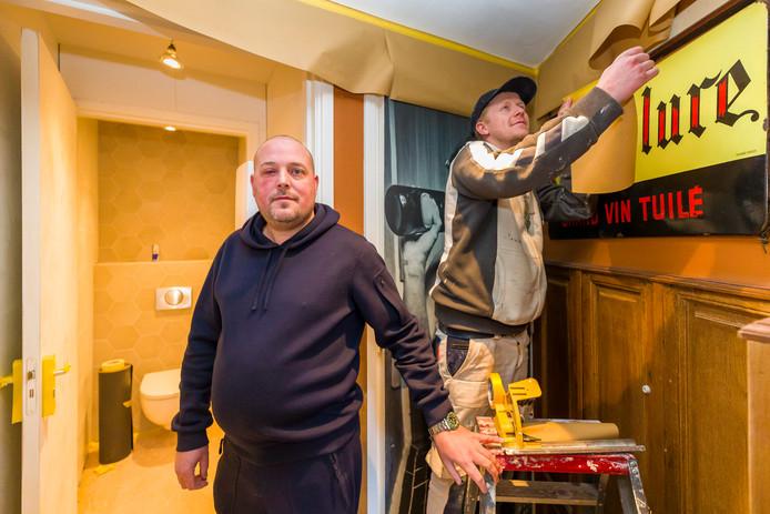 Kees Lankhaar, eigenaar van restaurant Tante Pietje, bij de sanitaire voorzieningen die vernieuwd zijn. Naast hem is een schilder aan de slag.