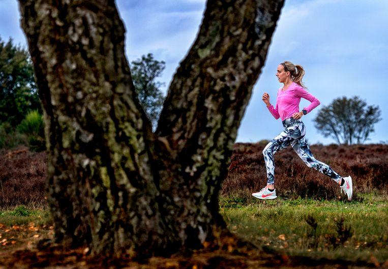 Susan Krumins op de heide bij Hilversum. Beeld Klaas Jan van der Weij