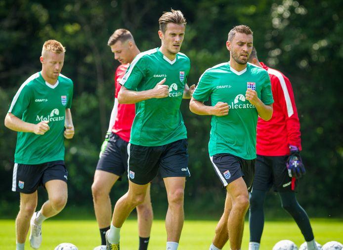 Mike van Duinen (l), Etiënne Reijnen (m) en Bram van Polen (r) trainden tijdens de eerste training in Wijthmen in juni apart. Maandagmiddag gebeurde hetzelfde in Zwolle, waarmee PEC voor het eerst 'compleet' in het stadion trainde.