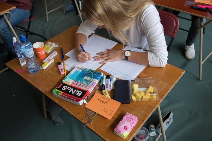 Je hebt je goed voorbereid. Er komen niet alleen een boek en pennen uit je tas, maar ook geodriehoeken, markeerstiften, eten en drinken.