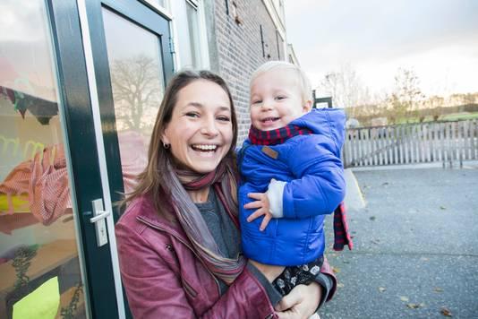 Marieke ter Laak brengt zoon Matise naar kinderopvang Hoeve Ackerdijk.