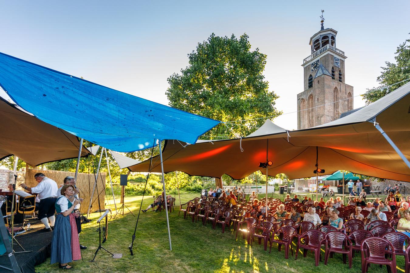 Optreden van het Vollenhoofsch Visserskoor en de Toutenburgher Muzikanten in Vollenhove tijdens het Openluchtspektakel.