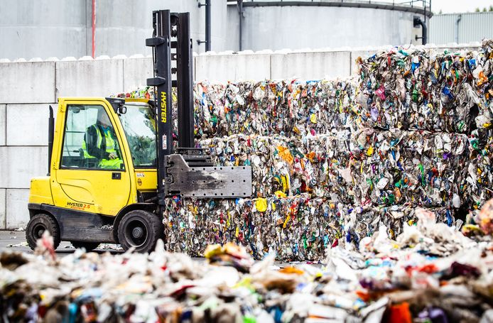 Ondanks nascheiding van restafval moet in veel gemeenten de afvalstoffenheffing opnieuw flink omhoog. Het verwerken van restafval is duurder en bijvoorbeeld plastic levert weinig op.