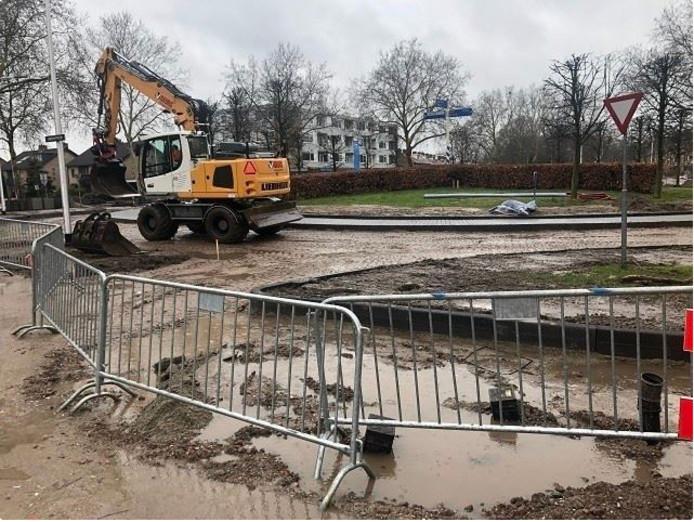 Vanwege de zware regenval van afgelopen week is het werk aan de rotonde op het Zamenhofplein stilgelegd. De gemeente meldt dat het werk daardoor een week uitloopt.