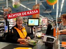 Caissière Henny (61) heeft vaste klanten: 'Eén mevrouw komt altijd in mijn rij, ze weet dat ik tijd voor haar neem'