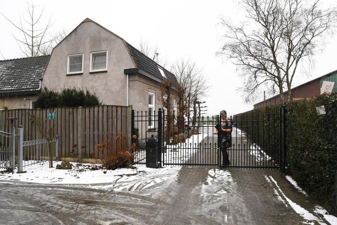 Yvonne van Wanrooij doet het hek dicht dat het omstreden 'pad' afsluit. Daar achter ligt het weiland van Peter Kerkhof.