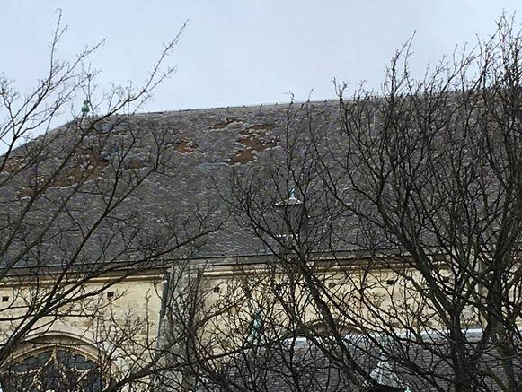 De schade aan het hoofddak van de Sint-Andrieskerk is groot: 15 tot 20 m² aan leien is weggeblazen.