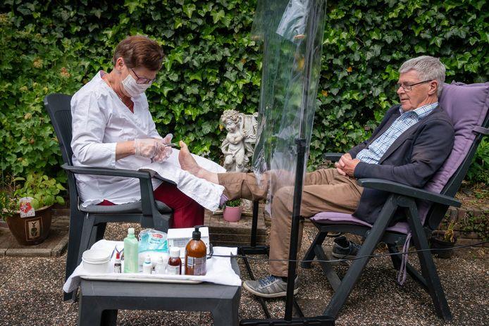 Sipkje Schimmel heeft zelf een spatscherm gemaakt voor behandeling en ziet veel mogelijkheden voor haar uitvinding.
