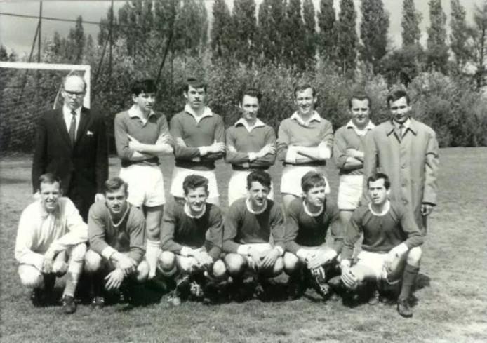 Gabor Keresztes als trainer van 't Zand in 1967/1968, uiterst rechts op de achterste rij.