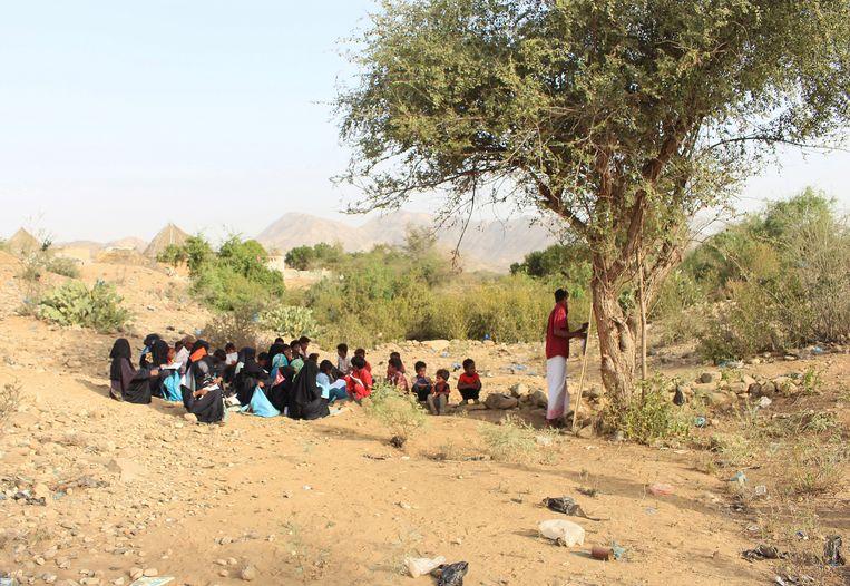 Scholieren krijgen les in de buitenlucht in Abs in Jemen. Beeld REUTERS