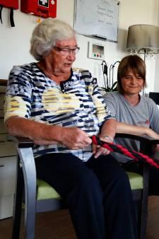 Therapiehond Cass beweegt met dementerende ouderen in Lexmond