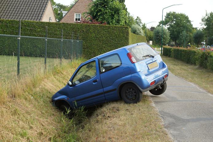 Automobiliste rijdt met auto in de sloot in Kaatsheuvel