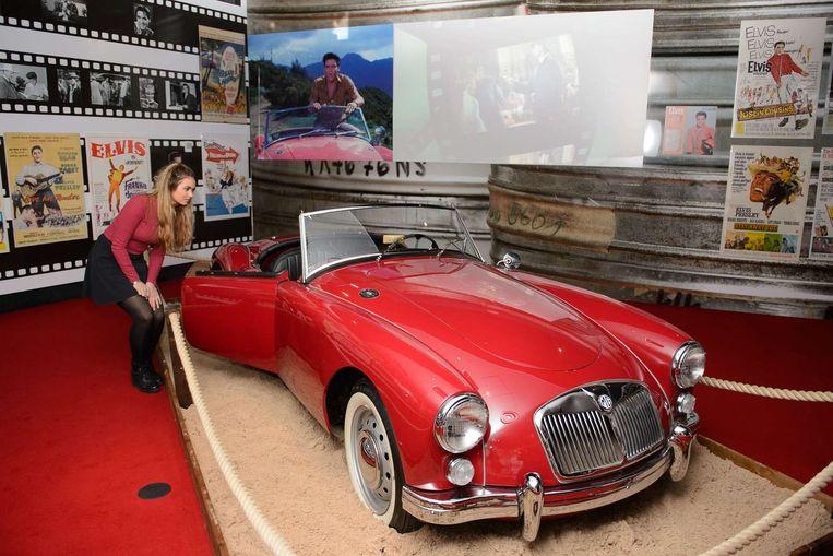De rode sportauto van Elvis uit de film Blue Hawaii. Beeld AFP