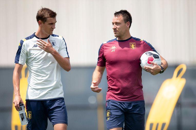 Bjorn Engels luistert naar John Terry, assistent-trainer bij Aston Villa.
