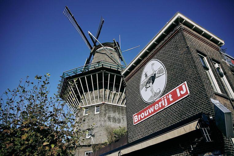 In tegenstelling tot het proeflokaal bij de molen schenken ze in het Vondelpark ook gewoon koffie en thee. Beeld Brouwerij t IJ