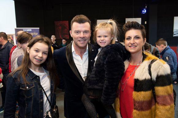 """Swoop-zanger Filip D'Haeze met vrouwlief Nathalie en dochters Kythana en Maiyara. """"Leuk dat ze aan het verhaal een twist geven met die vegetarische wolf, maar wij zijn wel verstokte vleeseters."""""""