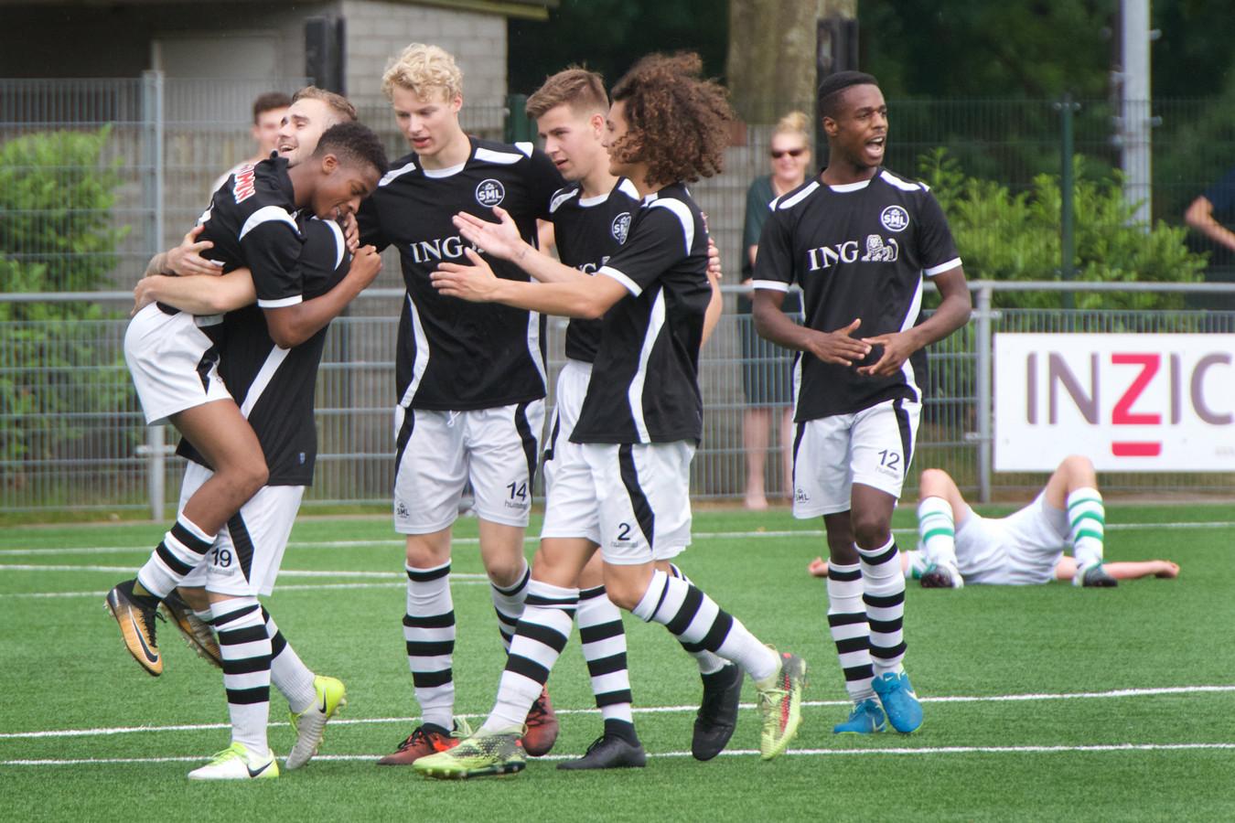 SML viert een treffer. De Arnhemmers spelen zondag de bekerderby tegen Arnhemse Boys.
