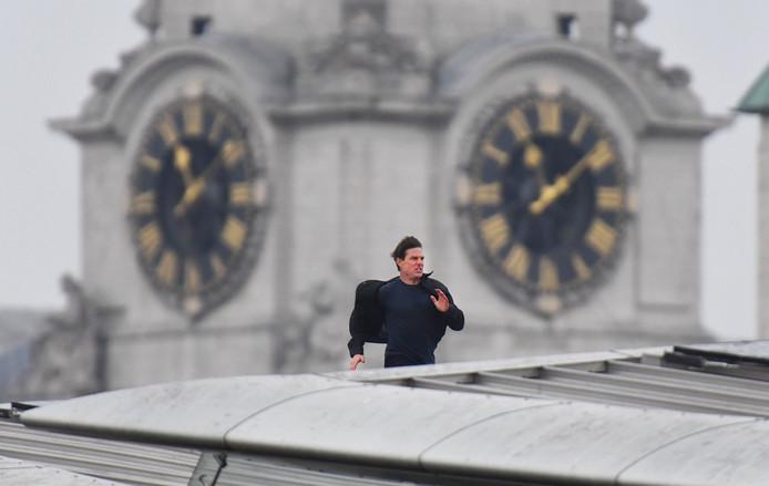 Tom Cruise rent over het dak van het Londense station Blackfriars, tijdens opnames voor de nieuwe Mission Impossible film. Foto John Stillwell