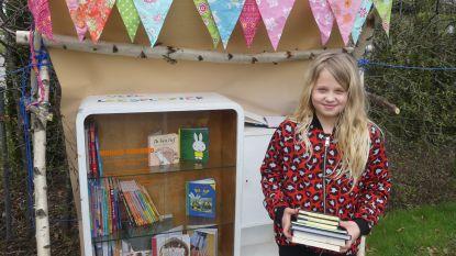 Mona (10) deelt haar boeken in 'minibieb'