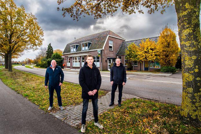 Marc Huirne (links), Bram Pape (midden) en Theo Klein Gunnewiek voor het voormalige café Halfweg in Voor-Beltrum.
