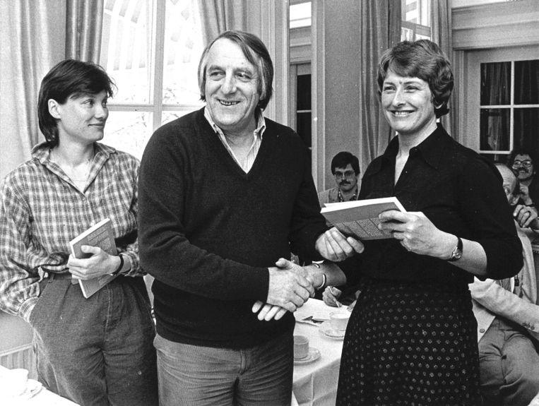 Mei 1985: Scheidend voorzitter Cees Schelling van de Voedingsbond FNV overhandigt het boek 'Cees Schelling van de Voedingsbond' aan de Tweede Kamerleden Andrée van Es van de PSP (links) en Ria Beckers van de PPR. Beeld ANP
