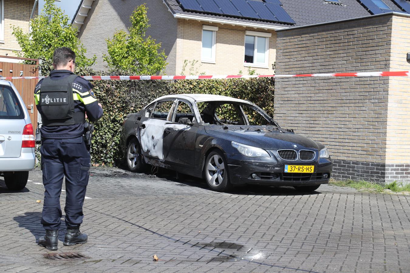 De politie heeft de straat afgezet rondom de in de wijk Oosterheem aangetroffen uitgebrande auto.
