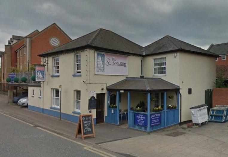 De bestuurder reed in op het blauwe gedeelte van de pub.